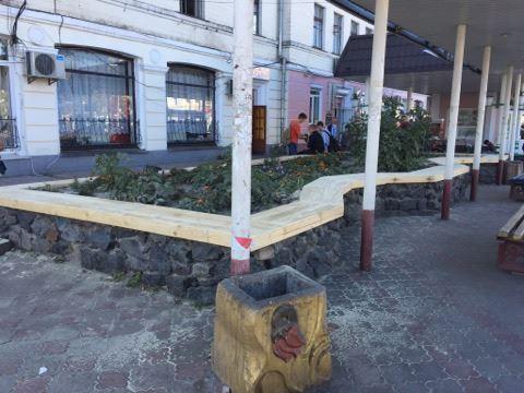 У центрі Ніжина встановили нові лавки (Фотофакт)