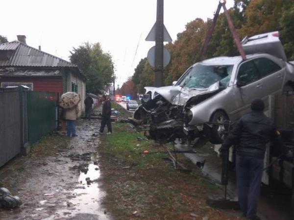 Mercedes зніс паркан приватного будинку (Фото)