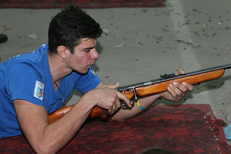 Студенти та учні пострілами святкували День захисника (Фото)