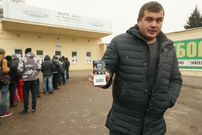 Чернігів вишикувався в чергу по квитки на великий футбол (Фото)