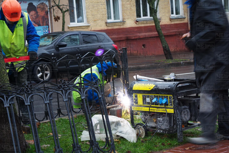 Сквер імені Хмельницького обносять парканом (Фотофакт)