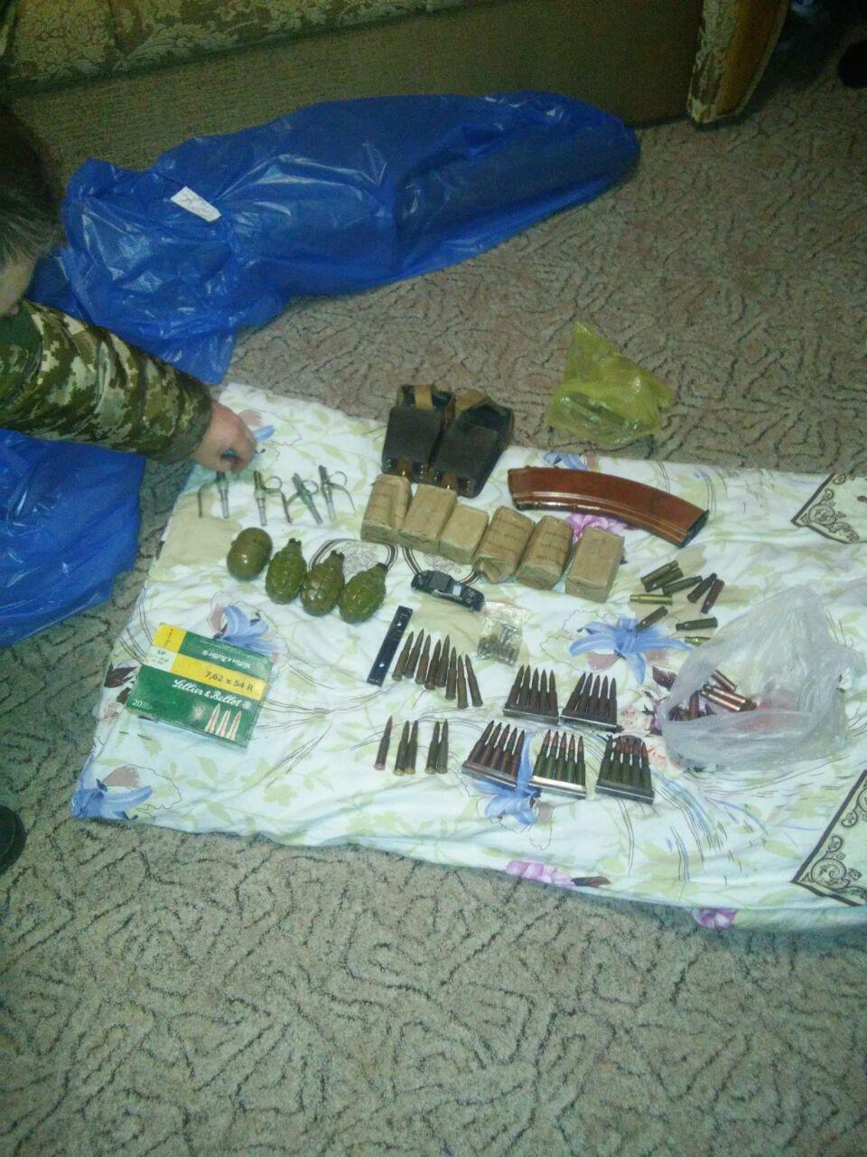 На Чернігівщині викрито торговців зброєю, яку викрадали в одній із військових частин