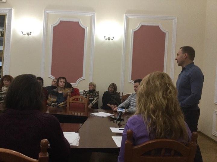 Нарада з мером: відновити навчання в 10-й школі не обіцяють (Фото)
