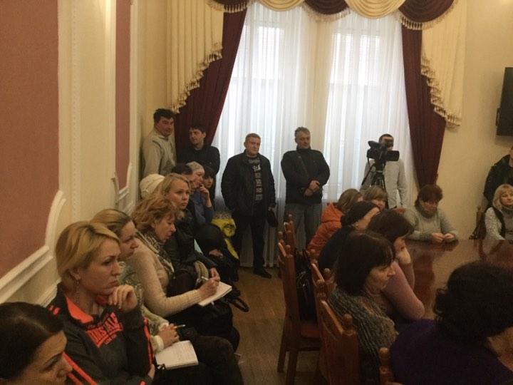 Обурені батьки збираються до суду (Фото)