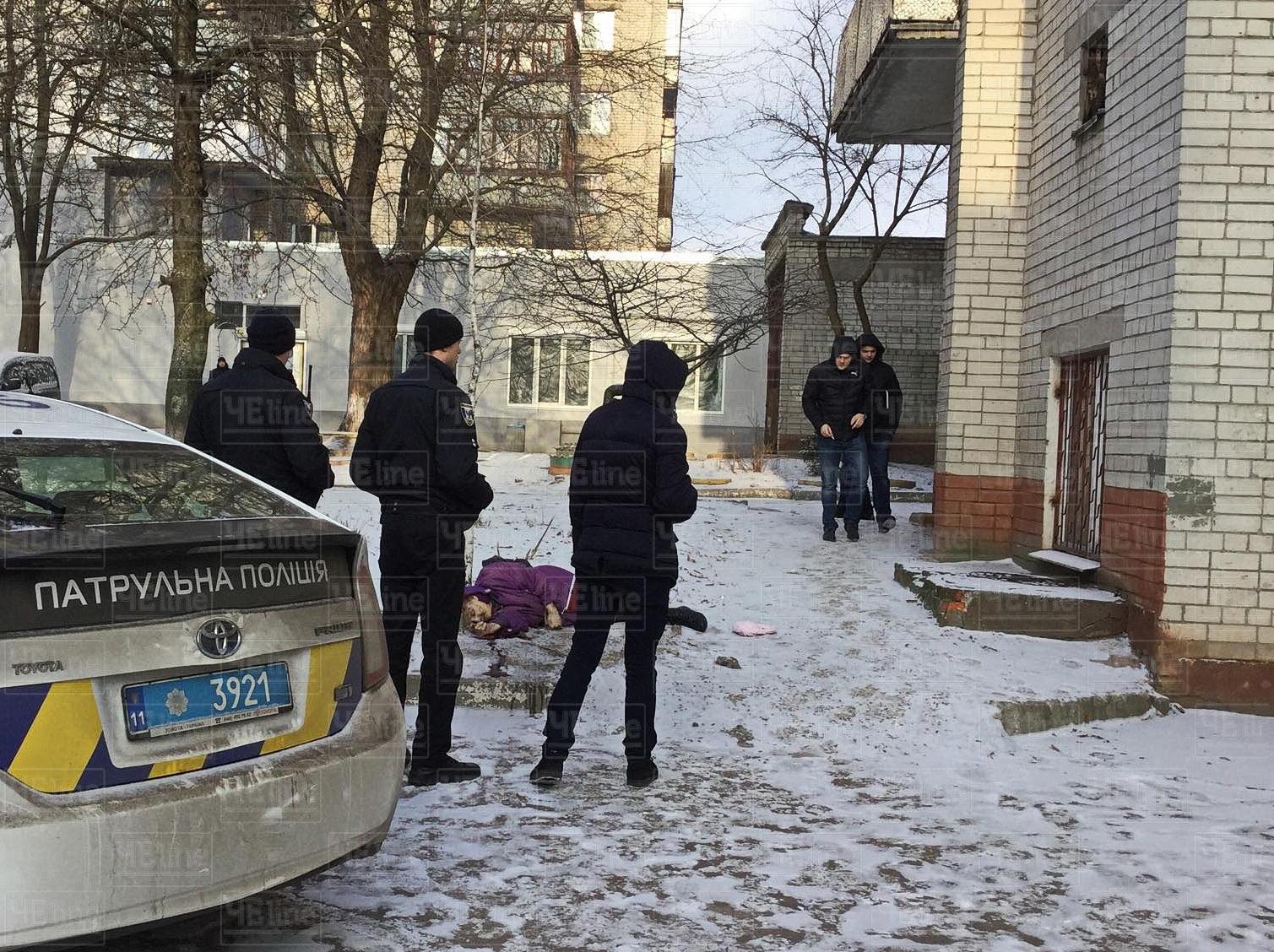 У Чернігові з вікна багатоповерхівки випала жінка (Фото)