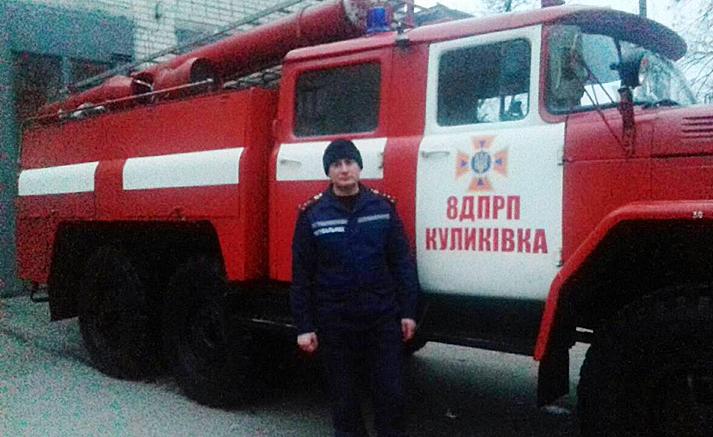 Рятувальник витягнув із крижаної пастки молодого хлопця (Фото)