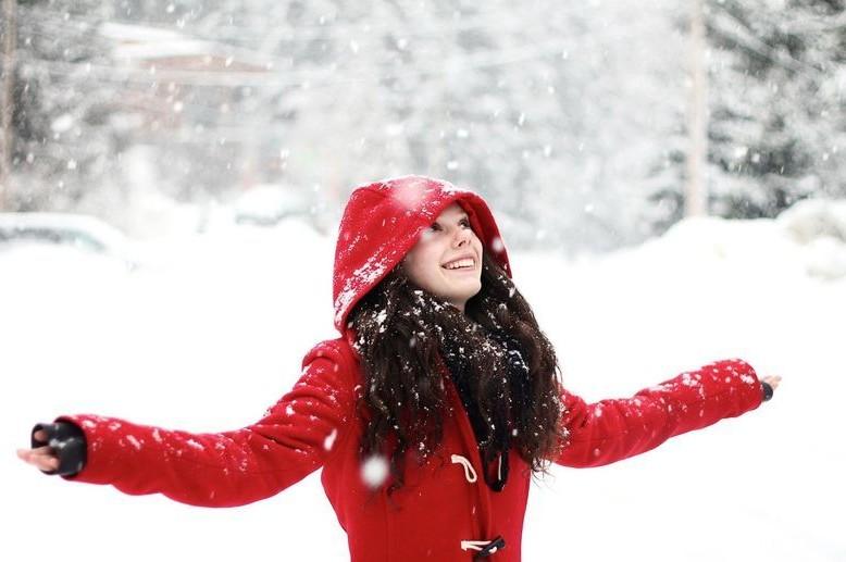 snegopad_sneg_zima_devushka_ulyibka_32