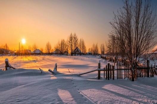 utro-rassvet-sneg-zima-selo