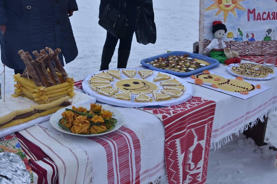 Сотні млинців, соломяне опудало та стовп-колодій: Носівська ОТГ відсвяткувала Масляну (Фото)