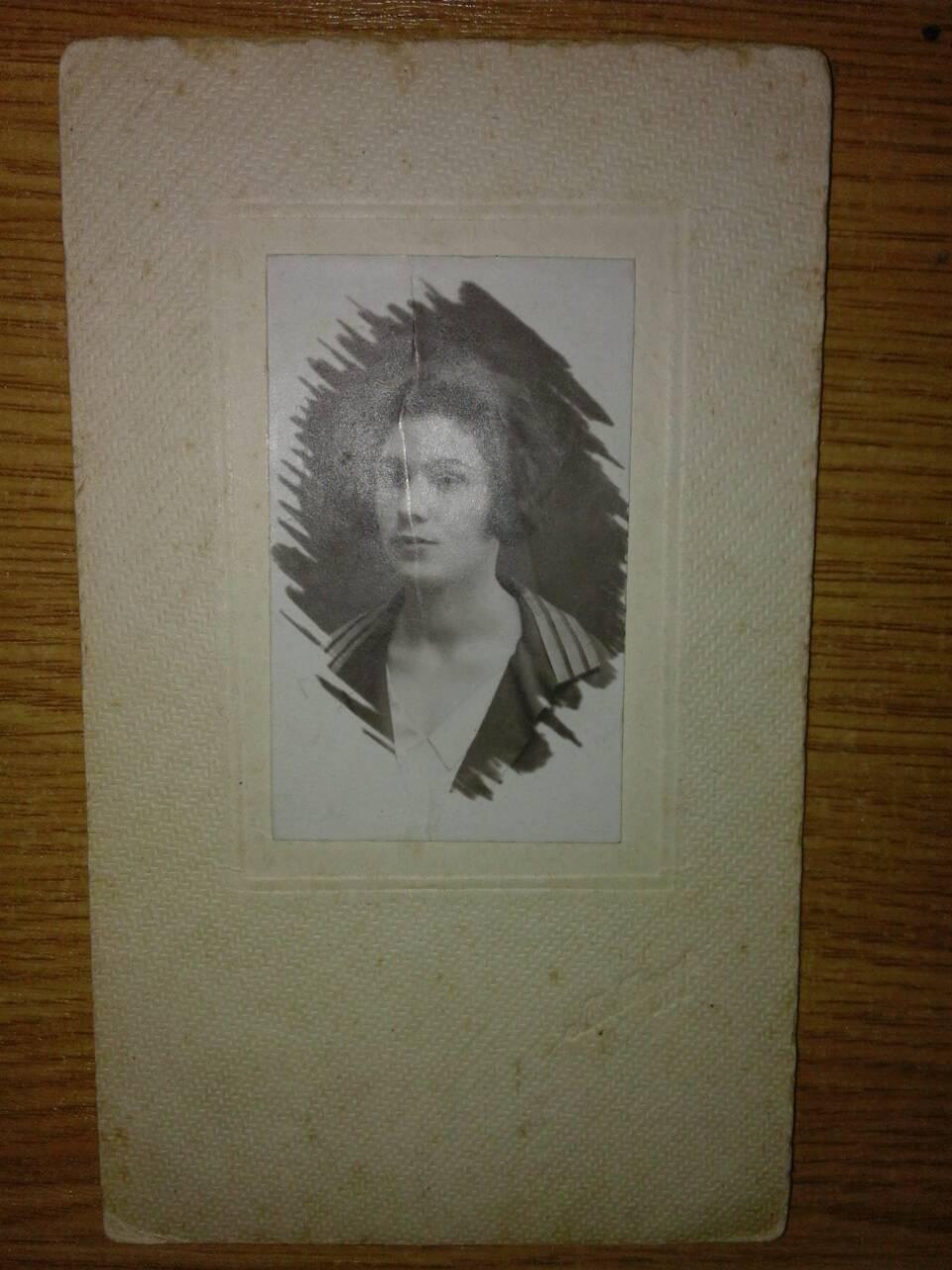 У жінки вилучили фотографії з печаткою Миколи ІІ