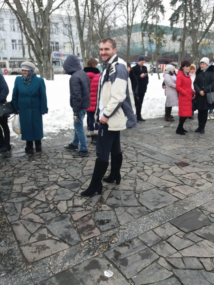 У центрі Чернігова чоловіки взули підбори (Фото)