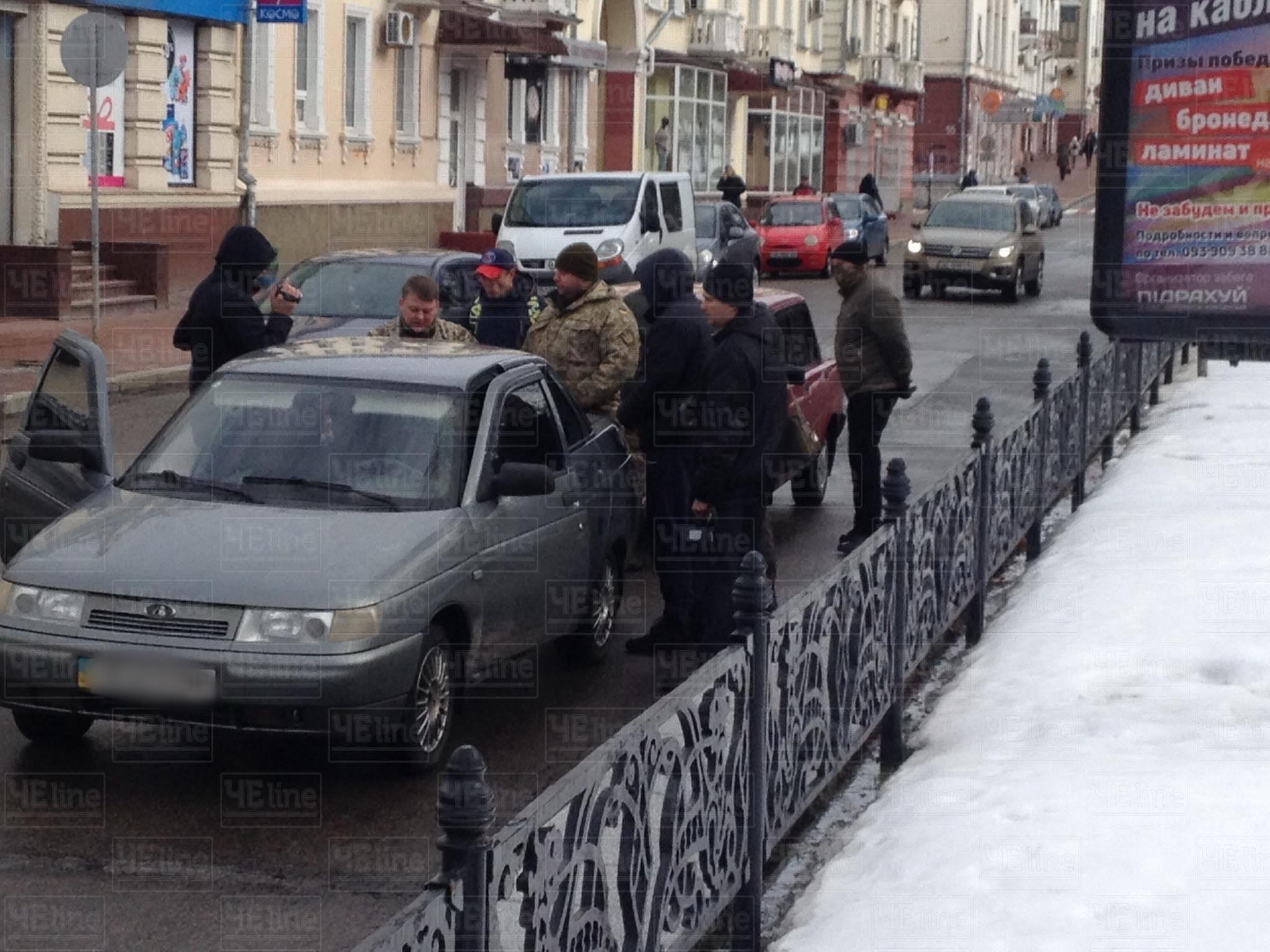 У центрі Чернігова СБУ заблокувала автомобіль (Фото. Відео. Оновлено)