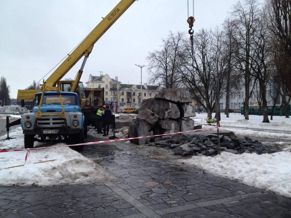 Постамент з-під Леніна вивозять (Фото. Відео)