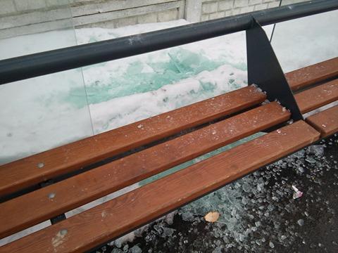 У Чернігові вандали розбили чергову зупинку (Фото)