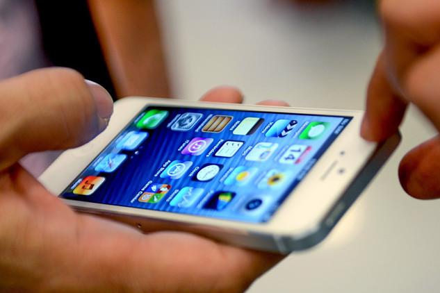 KOTA KINABALU, Dec. 14, 2012  A customer tries an Apple's iPhone 5 in Kota Kinabalu, capital of Sabah State, Malaysia, on Dec. 14, 2012. Apple's iPhone 5 was released in Malaysia Friday.  zjl) (Credit Image: © Xinhua/Xinhua/ZUMAPRESS.com)