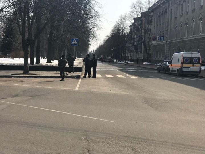 Чернігівську ОДА оточили військові (Фото)