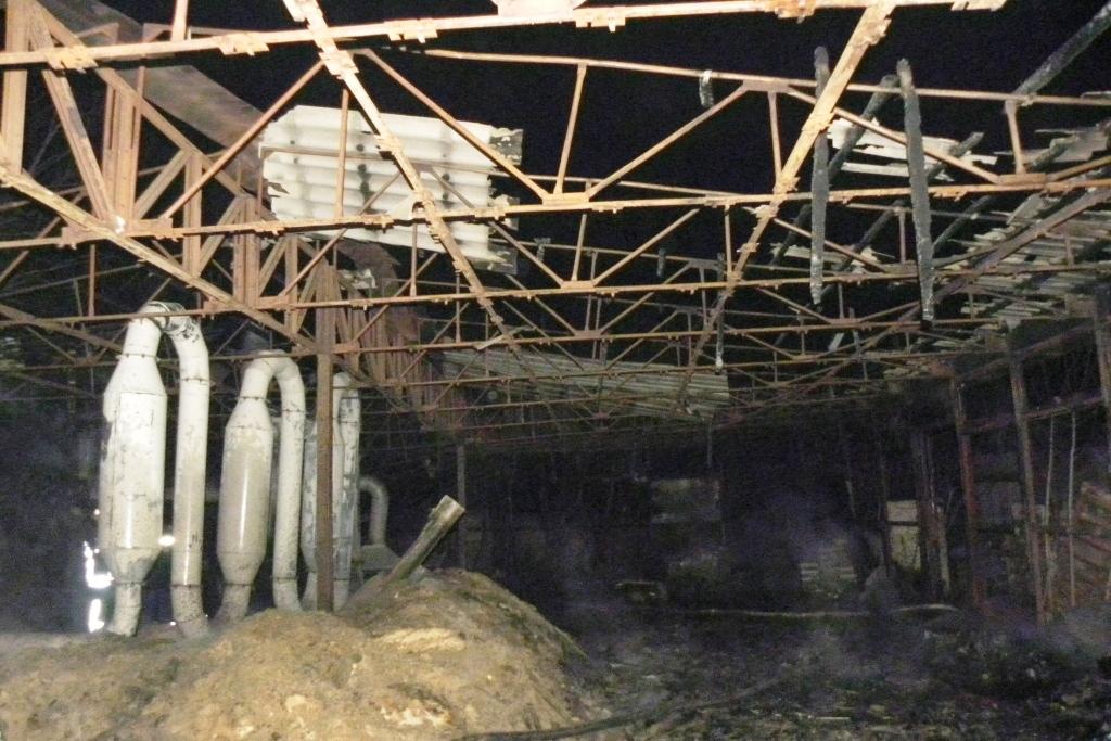 У Чернігові горів цех із виготовлення паливних брикетів (Фото)