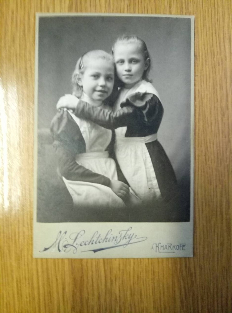 На Чернігівщині митники вилучили фотографії, які мають понад 100-річну історію (Фото)