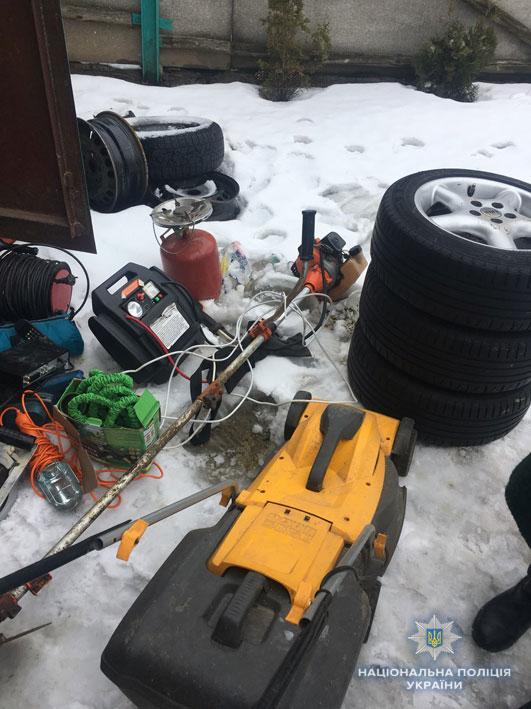 Банда злочинців накрала речей на кілька вантажівок (Фото)