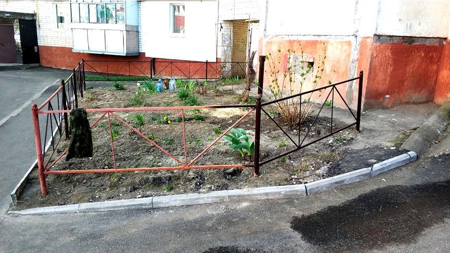 Чернігівська пенсіонерка облаштувала територію біля свого під'їзду (Фото)
