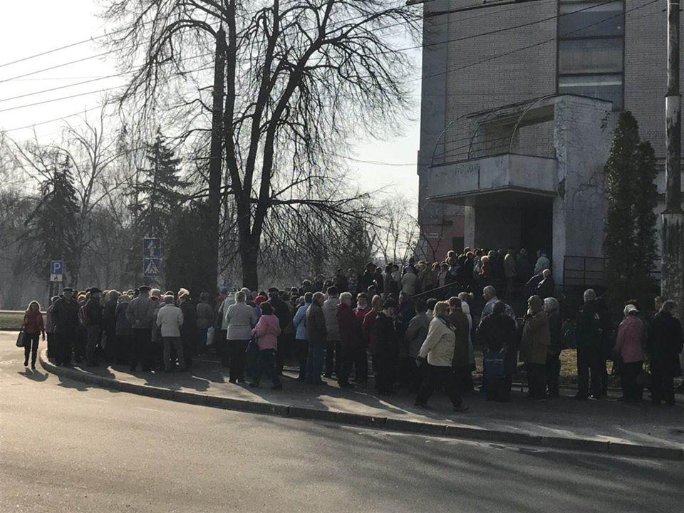 Чернігівці штурмують пункти роздачі тисяч від «соціалістів» (Фото)