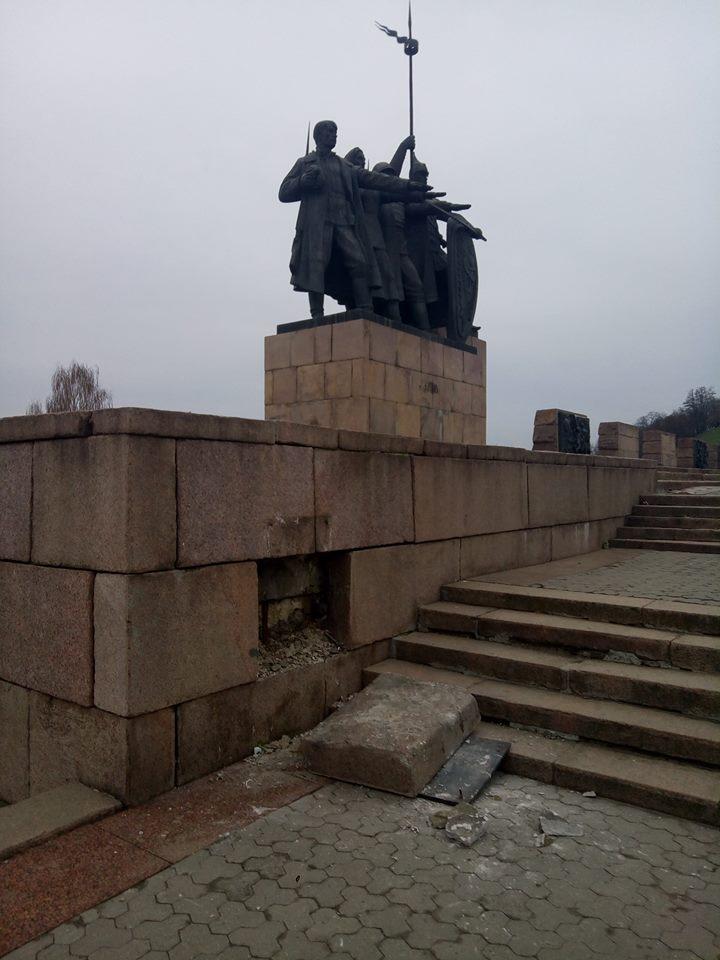 На Меморіалі слави впала табличка (Фото)