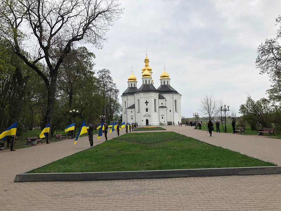 У Чернігові проводжають в останню путь загиблого бійця АТО (Фото)