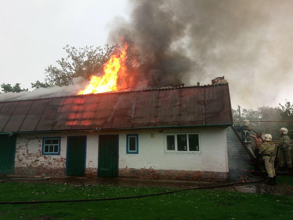 На Чернігівщині через розряд блискавки сталася пожежа (Фото)