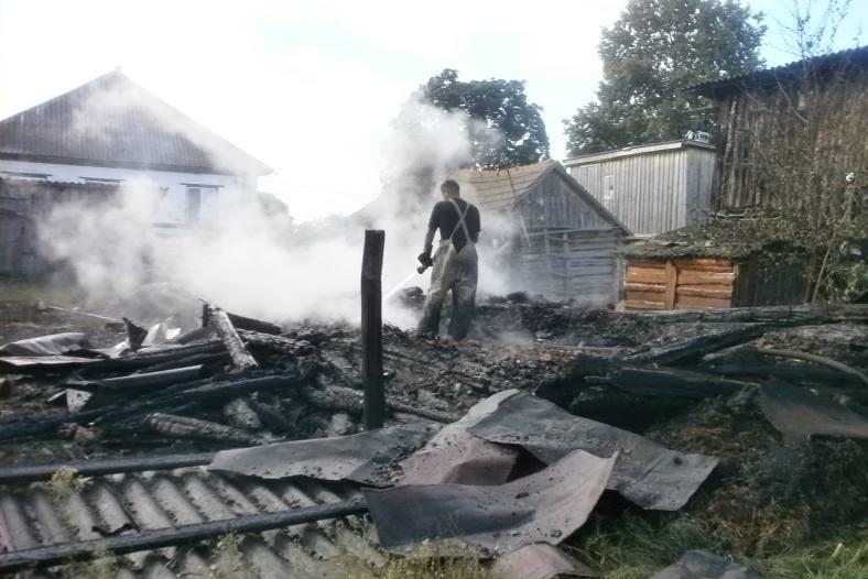 На Чернігівщині дотла згоріли будинок і літня кухня (Фото)