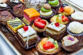 oboi-na-stol.com-277403-raznoe-desert-pirozhnye-assorti-krem-shokolad-glazur-frukty-yagody-orehi-klubnika-kivi
