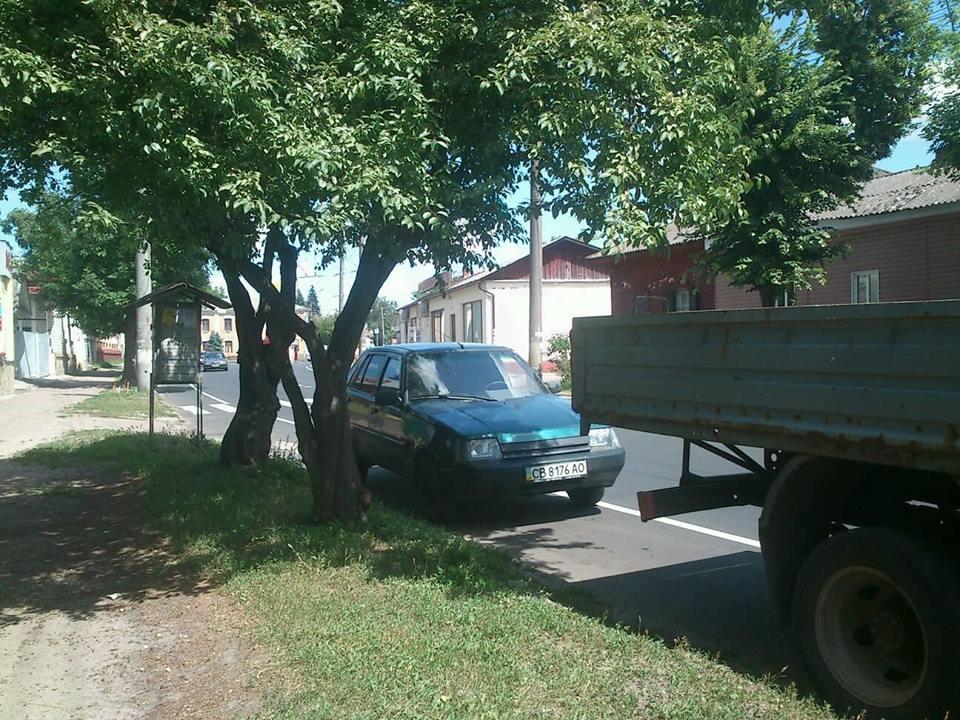 Водії у Чернігові не чули про велодоріжки (Фотофакт)