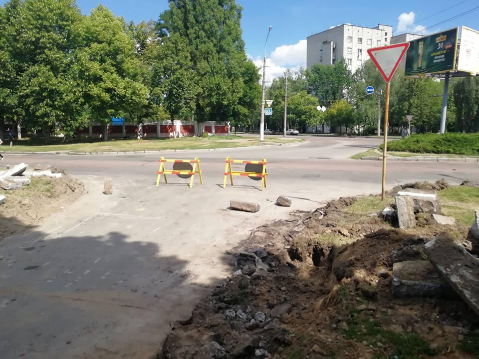 У Чернігові ремонтують дорогу до пологового будинку (Фото)