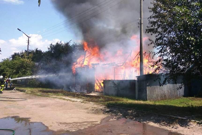 На Чернігівщині пожежа на подвір'ї знищила автомобіль (Фото)