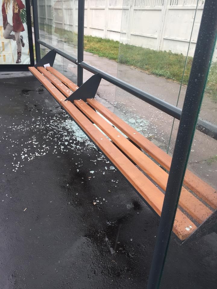 Ще одна зупинка у Чернігові постраждала від рук вандалів (Фотофакт)