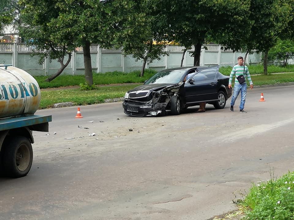 На Бєлова зітнулися іномарка з молоковозом (Фото)