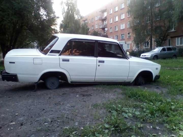 У ніжинця з авто вночі зняли колеса