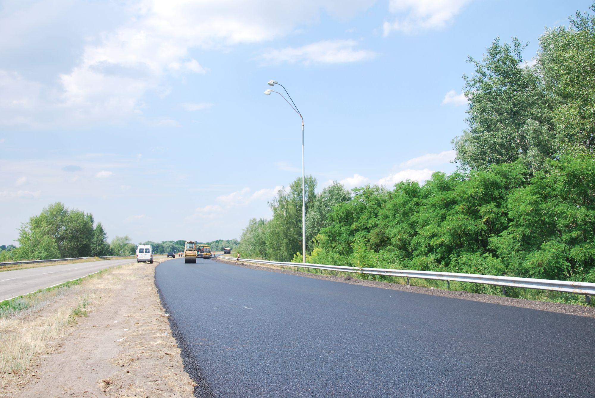 На трасі Київ-Чернігів-Нові Яриловичі ремонтують ділянку дороги