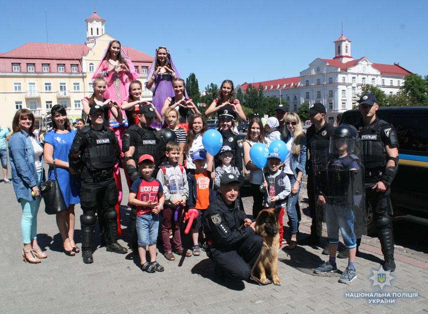 У Чернігові поліція привітала дітей яскравим святом під відкритим небом (Фото. Відео)