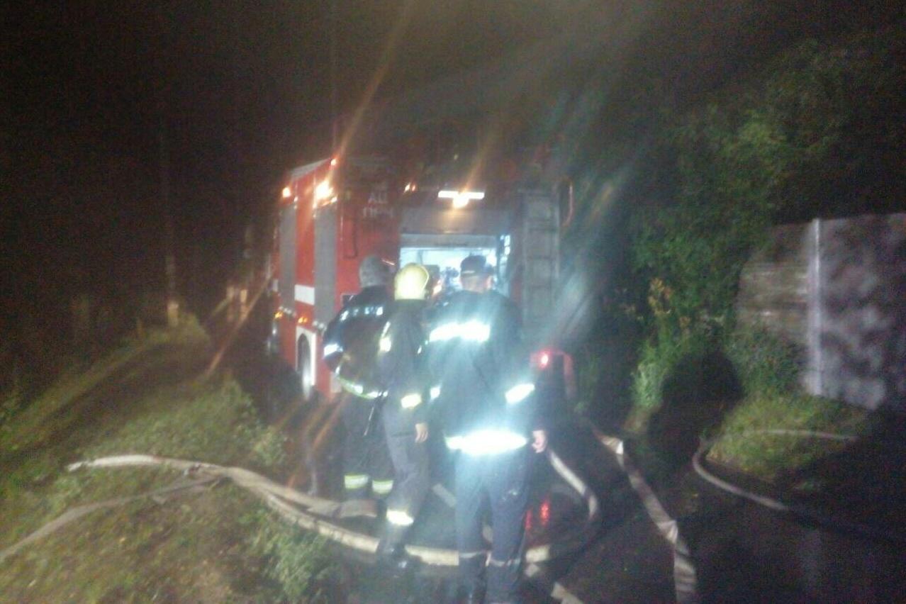 У Чернігові чоловік отримав опіки, коли гасив палаючий будинок (Фото)