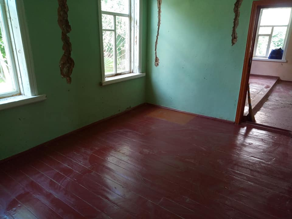 Небайдужі чернігівці привели до ладу столітній дерев'яний будинок (Фото)