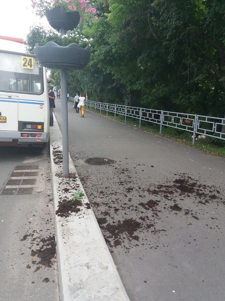 На проспекті Миру ДТП: автобус зніс стовп із чашею для квітів (Фото)
