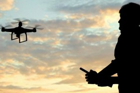 Link man-operating-of-flying-drone-quadrocopter-at-ThinkstockPhotos-537269746_2