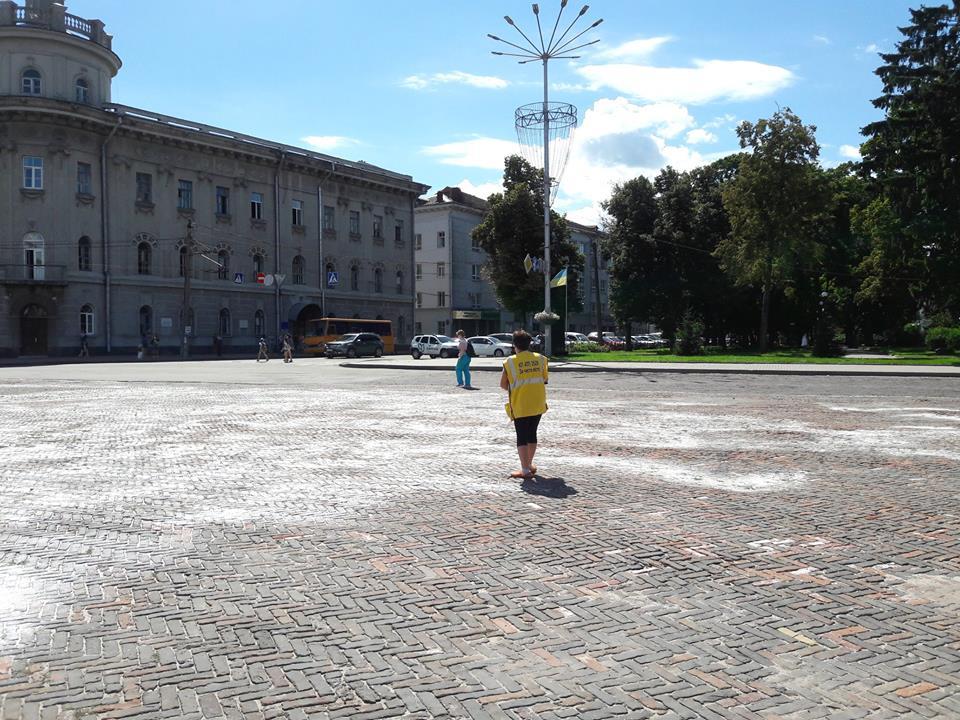 На Красній площі побіліла бруківка (Фото)