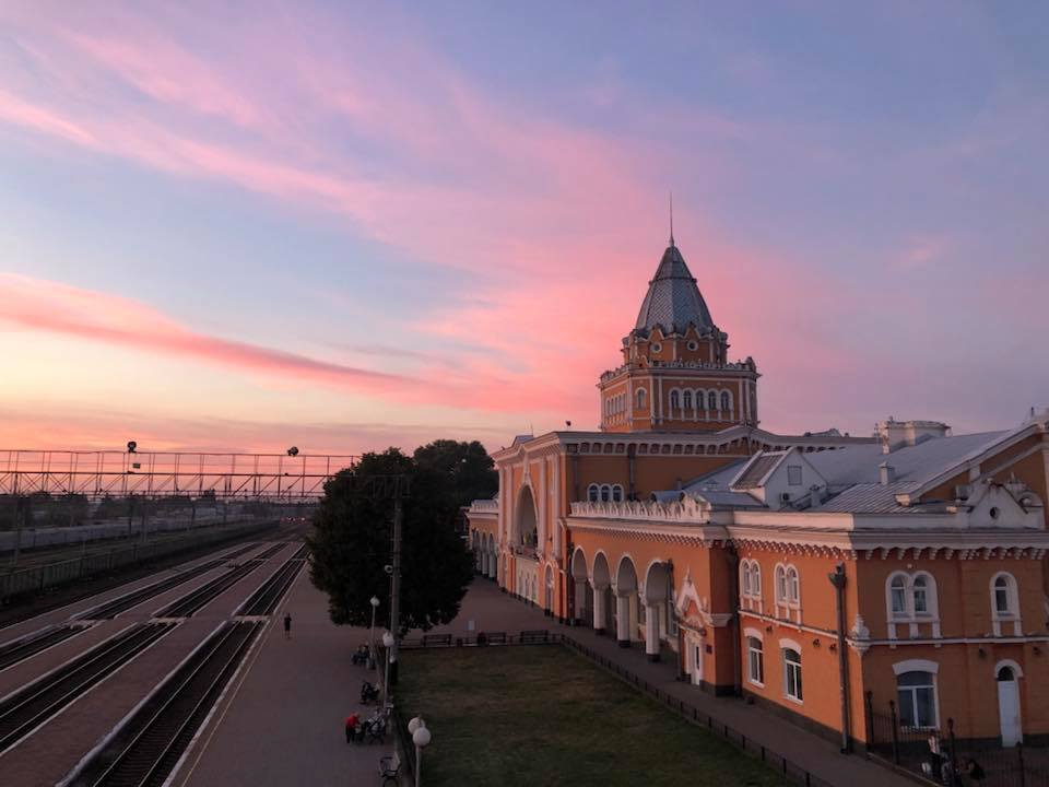 Різнокольорове небо над чернігівським вокзалом (Фото)