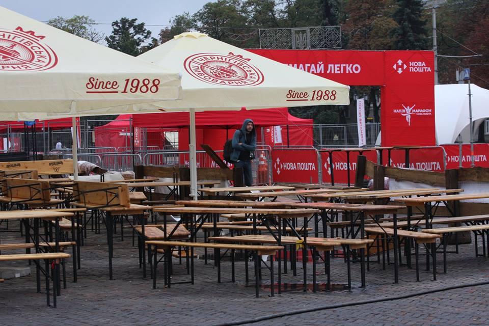 Комунальники більше двох годин прибирали після чернігівців Красну площу (Фото)