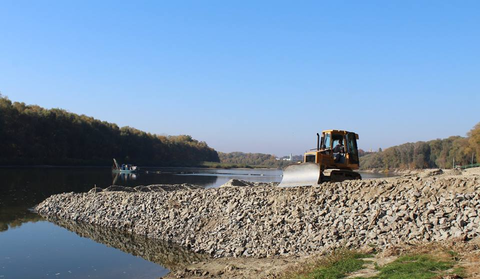 На «Золотому березі» розчищають русло Десни та укріплюють берегову лінію (Фото)