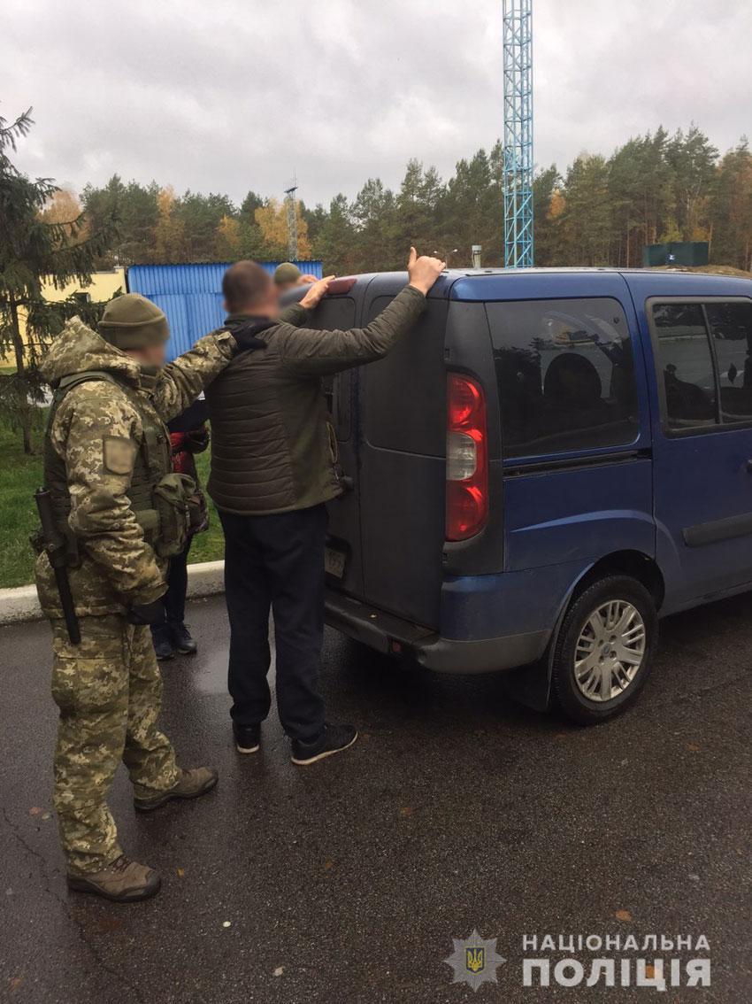 У Чернігові затримали банду, яка намагалася вивезти дівчат за кордон (Фото)