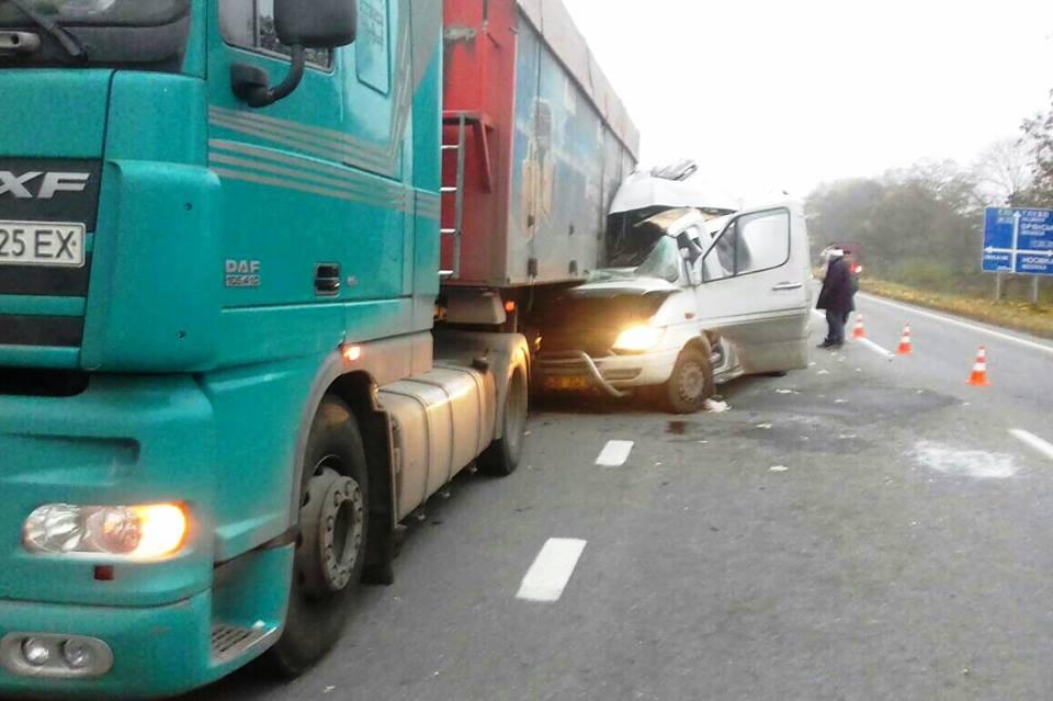 Жахлива аварія на Чернігівщині: п'ятеро осіб потрапили до лікарні
