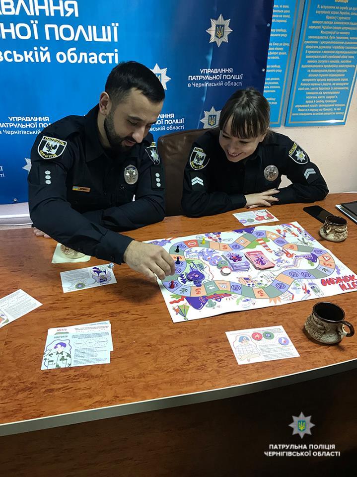 Поліцейським презентували нову соціальну гру «Бути жінкою» (Фото)