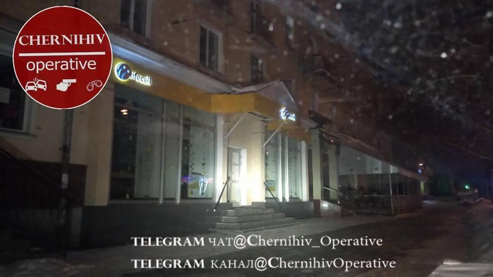 По проспекту Перемоги обікрали магазин мобільного зв'язку (Фото)